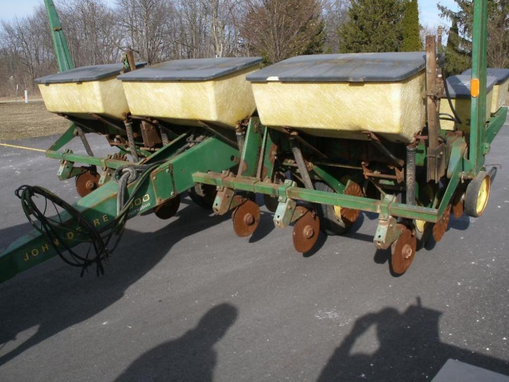 John Deere 7000 Conservation 6 Row Corn Planter
